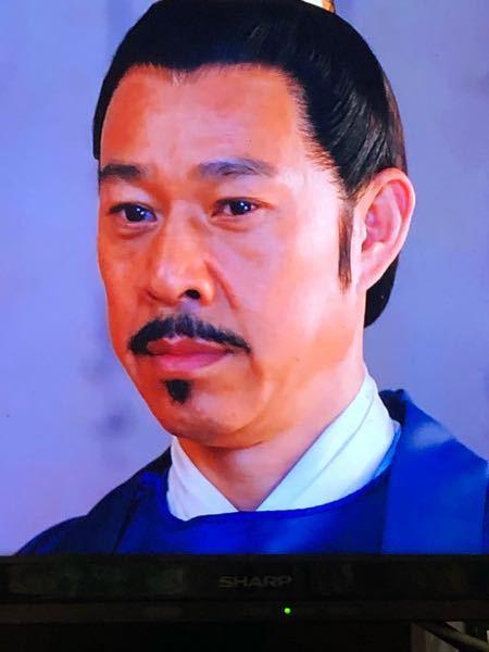 この方は中国の俳優チャン・フォンイーさん演じる武将ですが、この写真の目と口元によく似た日本の俳優さんがいるのですが、名前がわからず気になっています。昭和の時代劇に良く出演されいた名脇役と思われま...