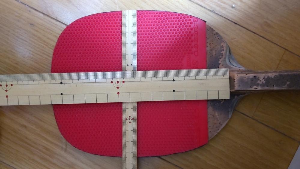 卓球のペンの角型、角丸型について ペンラケットを買い直そうと思うのですが、今使用しているものと同じような型が良いと思っているのですが画像のものは角型、角丸型のどちらになるのでしょうか? 次のラケットはニッタクの 双 MF-P か 双MF R を考えています。 ブレードの縦の長さをグリップ側のどこから測ればよいのかわからないので画像のものに近い方を教えていだければ幸いです。
