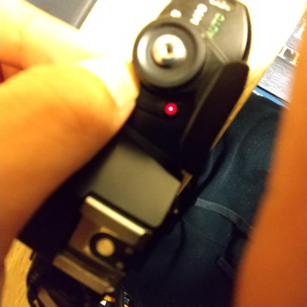 私はNikon EMを使い始めたのですが、100均のLR44を入れても最初はランプが光らず、機械式シャッターを2、3回動かすとわずかに光始めました これは100均の電池が悪いのか、カメラの問題な...