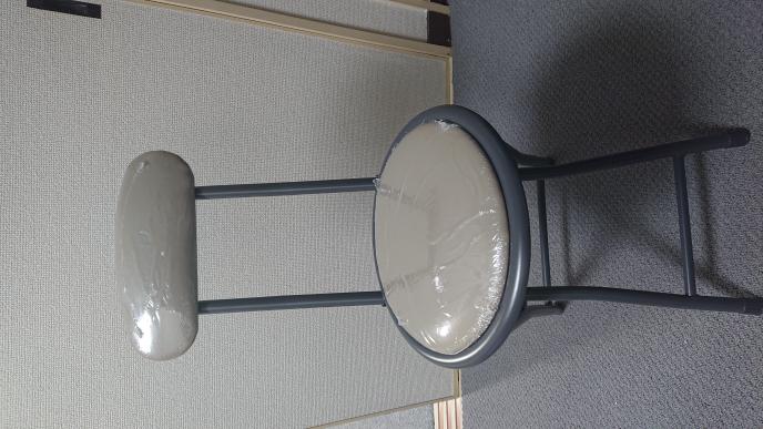 こういう椅子の保護フィルムを綺麗に剥がすには、どうすればいいですか?