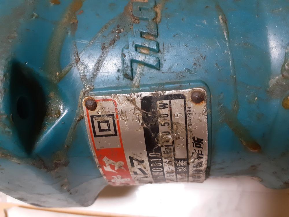 工具についている型番などが記載されたプレートがありますが、リベットで固定されています。穴は貫通していません。 これは何リベットなのでしょうか? いちど外してまた取り付ける予定です。