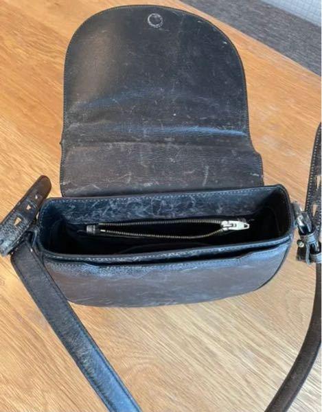 メルカリでAlexanderwangのグランジ加工というかvintage加工のようなのが施されたショルダーバッグを見つけたのですが、これは本当に発売されているものですか? 珍しいなと思い自分で調...