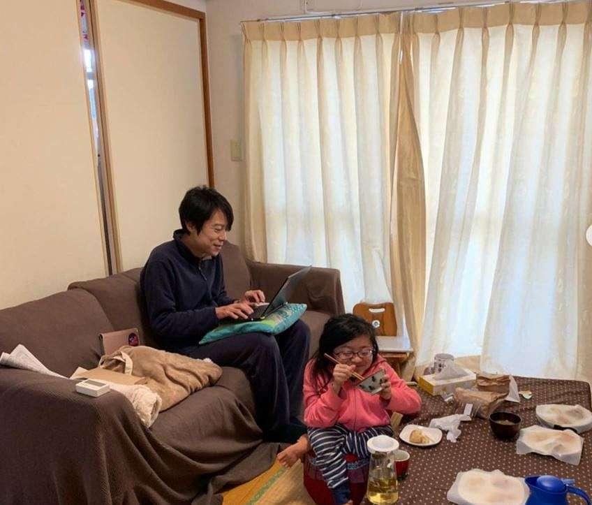 NHKのアナウンサーって高級取りではないのですか? . アナウンサーだと、港区のタワマンとか高級マンションに住み、高級家具や調度品に囲まれて暮らしていると思っていたのですが、 庶民の私と変わらない生活空間に見えました。