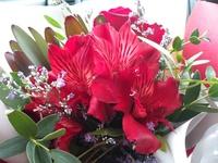 お花の名前を教えて下さい。  本日花束をもらいました。 花弁が6枚で内3枚に模様のある赤い花の名前をご存じの方、教えて頂けますでしょうか? また、こちらの花束をドライフラワーにして保存したいと思っております。 ドライフラワーにできるかどうかも併せて教えていただけると嬉しいです。  どうぞよろしくお願い致します。