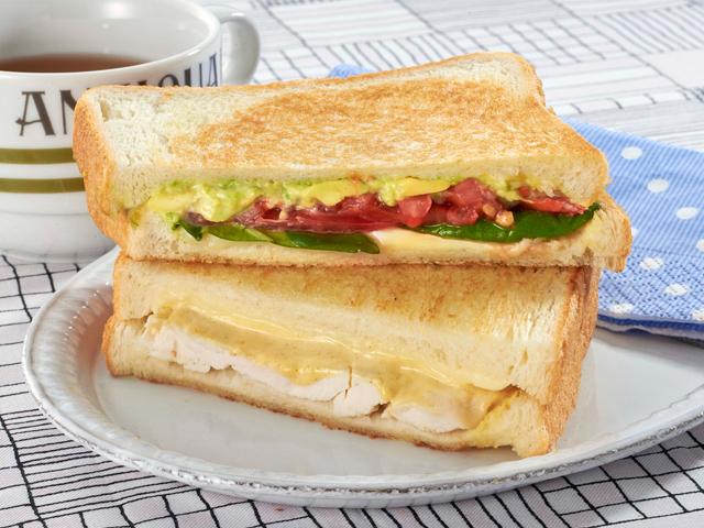 ホットサンドをメーカー買うて作りたいんやけど、 野菜は生で食したいねん。 焼いてもうたらパンもう「閉じ」てまうやろ。 野菜後から入れられへんやんな。 レタスなんか水切ってもサンドにひっつけたら 水分パンに付くやんな。 別の皿に用意してから一緒に食べるしかないんやろか? (同じような人)どうしてる? イメージこんなん。