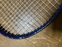 硬式テニスのラケットに結構な傷がついてしまって、補修したいんですけど自分でって出来ますか? それとも店で頼んだほうがいいですか? また、もし自分で出来るなら何を使って(どうやって)補修できるか教えていただきたいです。