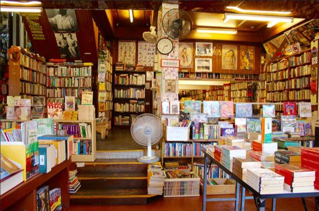 画像検索で出てきた本屋さん、 おそらく東京都だと思われるのですが、 住所もお店の名前もわかりません。 見覚えがある方いましたら 情報いただけると助かります。 よろしくお願いします。