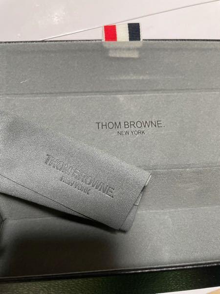 yahooショッピングでMARC ARROWSと言うショップからTHOM BROWNのTB-011を購入しました。 届いた商品のケースの内側にはTHOM BROWNのロゴが直接印字されており、クロスはデボス加工のようになっていました。 THOM BROWN公式の写真やネット上の他の写真を見ると ケースやクロスにはロゴの入ったタグが付けられているのですが、偽物なのでしょうか。