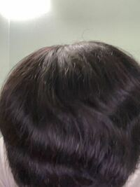 僕は柔らかいうねりのあるチリチリくせ毛です。 このくせ毛を改善する方法を教えて欲しいです!  くせ毛を完全に直すのは無理だと分かっているので良ければ似合いそうな髪型とかも教えて欲しいです