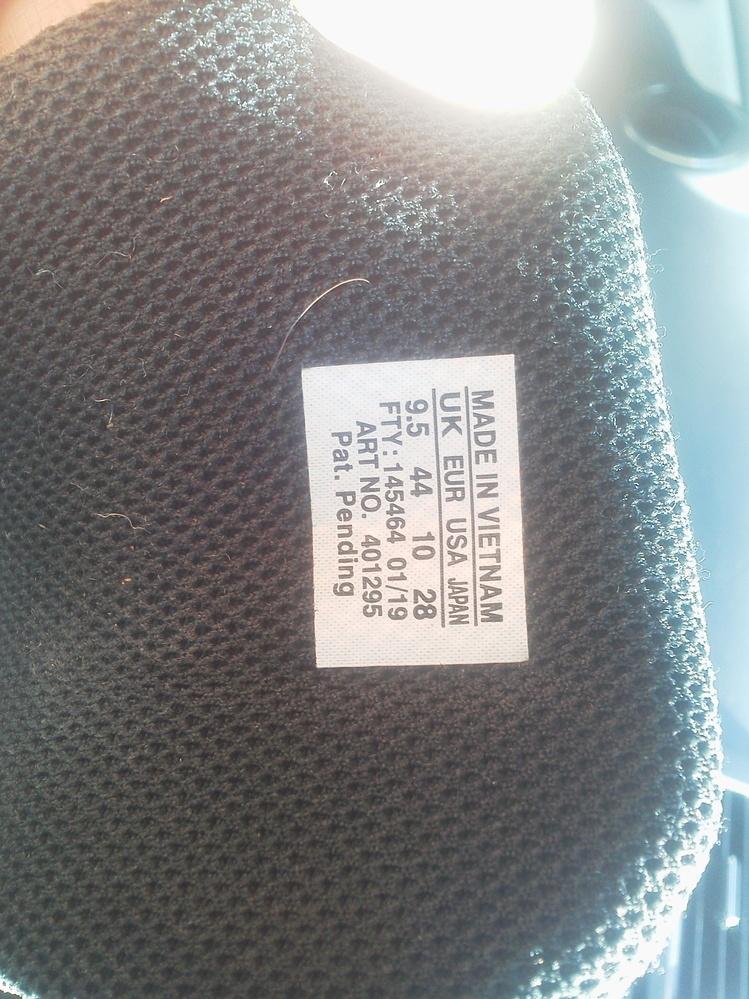 登山靴のサイズの選び方について教えて下さい。 私の持っている登山靴には、画像のサイズ表示が付いています。 (モデル=サロモンX Ultra 3 Mid GTX) 質問です。 EUR44とありますが、他のUK9.5、USA10、JAPAN28と合わないのでは? EUR46が正しいのではないかと思いました。 この絡まった私の頭を、誰か解いて下さい。