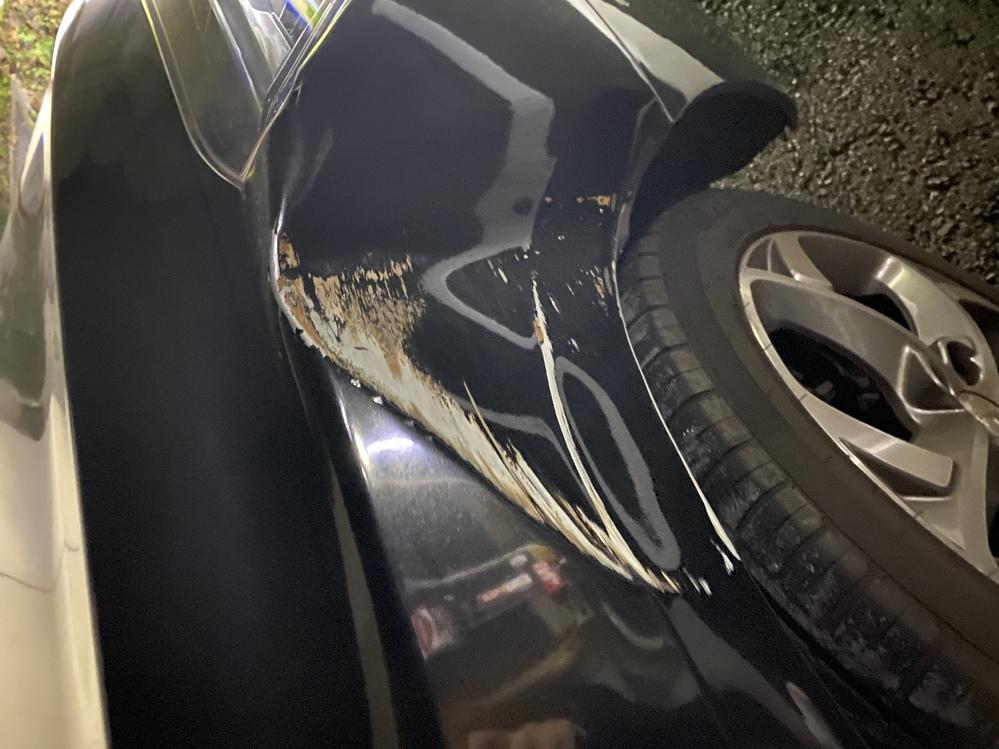 至急教えてください。 2015年のプジョー508アリュール(セダン)を 乗っています。納車してから昨日初めて車を傷付けてしまい、柱にぶつけて右フェンダーに大きな凹みとガリ傷ができてしまいました。 最寄りの車屋に持って行って見積もりしてもらったのですが、板金塗装の場合、塗装だけでも最低5万かかると言われ、いろいろ合わせたら15万から20万ぐらいかかると言われました。 板金塗装ではなく、フェンダ...