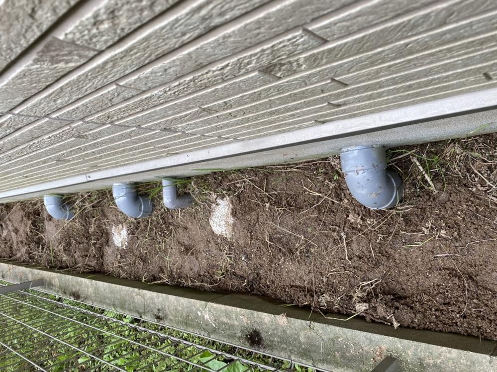 防草シートについての質問です。 ※防草シートの上から砂利をひきます。 ①画像のような配管がある場合は どのように施工したら効率がいいですか? (おそらく切りながら合わせて行くのだと 思うのですが、切り口から草が生えてこないか 心配です。) ②施工幅が横幅50センチあるのですが、 何センチで防草シートを切ったほうが いいですか? ※例えば、60センチで切って両サイドを5センチ余分に余らせてブロックに這わせる等。 よろしくお願い致します。