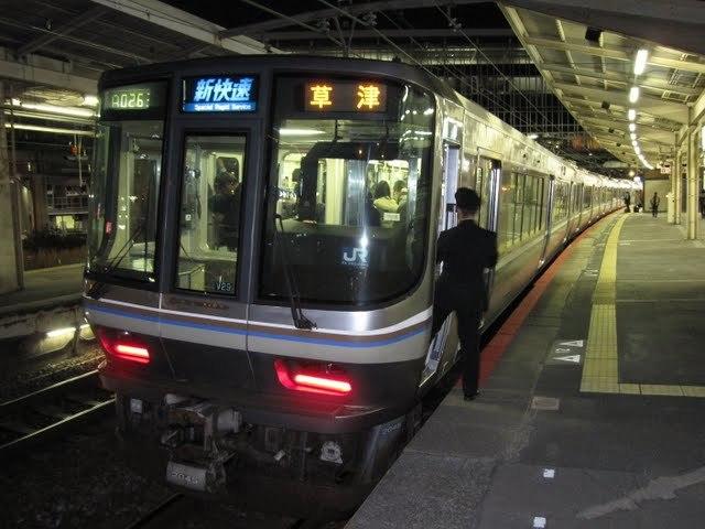JR東日本の特別快速がJR東海さんやJR西日本さんの新快速と同等なんて言っている奴がいますが、比較してどう思いますか? JR東日本の特別快速って 今は 湘南新宿ライン(東海道線直通電車)(高崎線直通電車) と常磐線にしかありませんよね。 一昨年あたりまで総武快速線にもありましたが廃止されたので もちろん車両なんかは関東らしく オールロングシート車両(1,2号車と9~12号車は狭いクロスシート車両、4,5号車も狭苦しい2階建てのグリーン車両) 例えば 横浜~小田原間 距離約55キロ 所要時間約50分 横浜~新宿間 距離約33キロ 所要時間約30分 熊谷~大宮間 距離約35キロ 所要時間33分 常磐線 特別快速 東京~土浦間 距離約69キロ 所要時間1時間10分 おおむねJR東日本の特別快速ってロングシートか狭苦しいクロスシートで 速度も1キロあたり約1キロの走行。表定速度60キロ台 JR東海 新快速 車両はオール転換クロスシートの313系 豊橋~名古屋間 距離約74キロ 所要時間48分 名古屋~岐阜間 距離約31キロ 所要時間19分 JR西日本 新快速 車両はオール転換クロスシートの223系、225系 京都~大阪間 距離約43キロ 所要時間28分 大阪~三ノ宮間 距離約32キロ 所要時間21分 大阪~姫路間 距離約88キロ 所要時間58分 おまけにJR北海道 札幌~新千歳間 快速エアポート 距離47キロ 所要時間36分 なので1分あたり1,3キロ走っているので JR東日本の特別快速が 1分あたり1,0~1,1キロしか走っていないので JR北海道さんの快速よりJR東日本の特別快速の方が表定速度は遅い。 JR東海さんやJR西日本さんの新快速の表定速度は80キロ超え JR東日本の特別快速の表定速度は70キロ以下 車両もJR東海さんやJR西日本さんの新快速はオール転換クロスシート車両 JR東日本の特別快速はロングシートかクロスシート車両 比べるに値しない新快速に対して比較される事じたい無礼としか思わないけど。 さらにJR東日本は車掌が問題のなかったお客様に対しておもいっきり中指立てましたし。