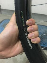自転車屋で昨年交換したばかりの後輪のタイヤがパックリ裂けてしまったのですが、原因はなんでしょうか?? ※タイヤと一緒にチューブも交換済みです。