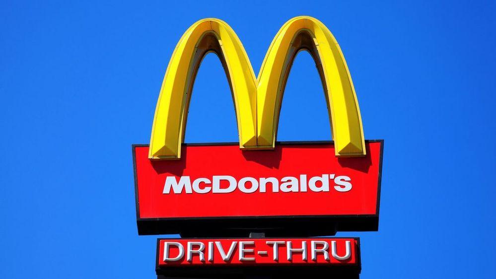 ▲セブンイレブンのおにぎり1個とマクドナルドのチーズバーガー1個、どっちが好きですか!?(^ω^)