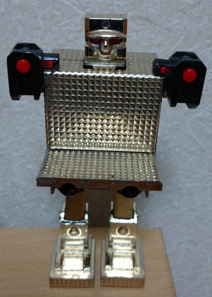 写真の物の名前などを教えてください。 ジッポぐらいの大きさでロボットに変形します。