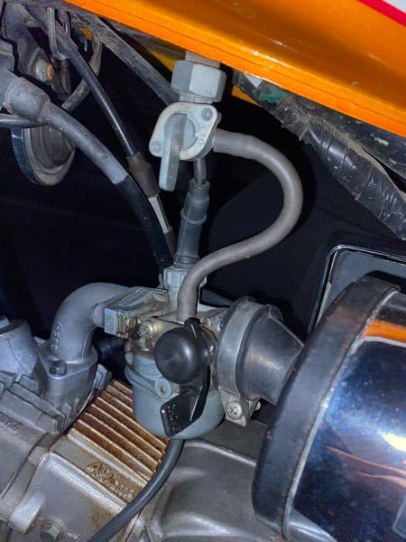 ジャズ50ってバイクのエンジン周りの画像です。レバーが2つあってひねることができるんですけどどっちも下でいいですかね?あとこのレバーの意味を知りたいです