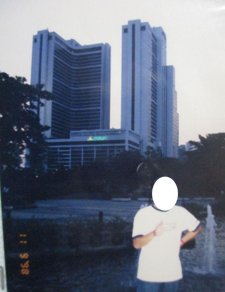 1998年にバンコク中心部で撮影した写真です。 Benchasiri公園だと思っていましたが、違うようです。 後ろのホテルがヒントになると思いますが、この撮影した場所を御存知の方がいらっしゃいましたら、教えて頂けますでしょうか。