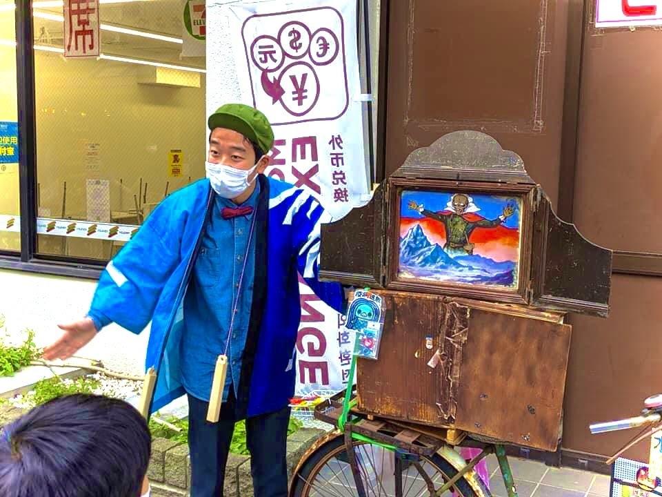 浅草で紙芝居をされている、石黒ヨンペイさんって凄いですよね! 高校一年の若さで熱演されてる姿を見て感動しました。