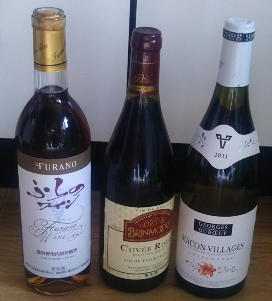 ワインに詳しいかた、教えてください。 頂き物のワインですが、うちにコルク抜きが無いためお酒好きの人にあげようかなと思っています。 もしうちにコルク抜きがあれば焼き菓子や料理に使いたかったです。私はお酒は飲めないので。 そこでこのワインはお酒好きの人にあげても失礼にならないワインですか? 安物ではないですか?