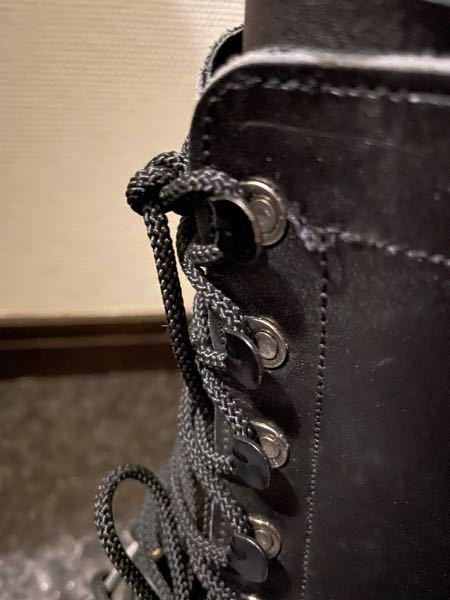 革の半長靴、上半分の紐通しが、写真の様に金具に掛るタイプ。 ほどけてばかりで、利点がわかりません。 カッコは良いので、いっそキリで穴あけて紐通しを改造して使おうかと思っています。 この紐かけ金具の利点を教えてください。