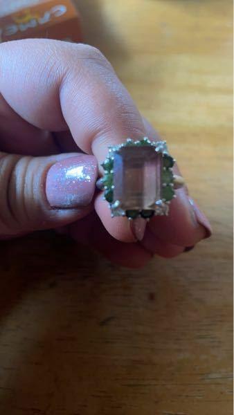 指輪のトップについてる石がわかりません。 おばぁちゃんからもらったのですが、鑑定書などもなく指輪のみしかないです。 色は薄紫のような、茶色のような。 わかる方教えてください。 お願いします。