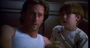 シャイニング(1997)を見た人に質問 なぜダニーはハ口ランのオープンカーのテールライトをこわした❓