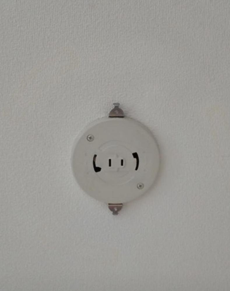 天井に電気を取り付ける際 中央にあるコンセントと電気器具を繋がなくても電気はつきますか? シーリングのスポットライトを付けたいのですが 電気器具の方にはコンセントが無いので点灯するかどうか教えてください。 どうぞよろしくお願い致します。