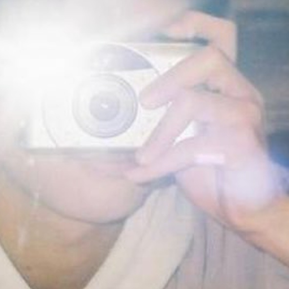 こちらのフィルムカメラの機種が分かる方いらっしゃいましたら教えていただきたいです。 よろしくお願いします。