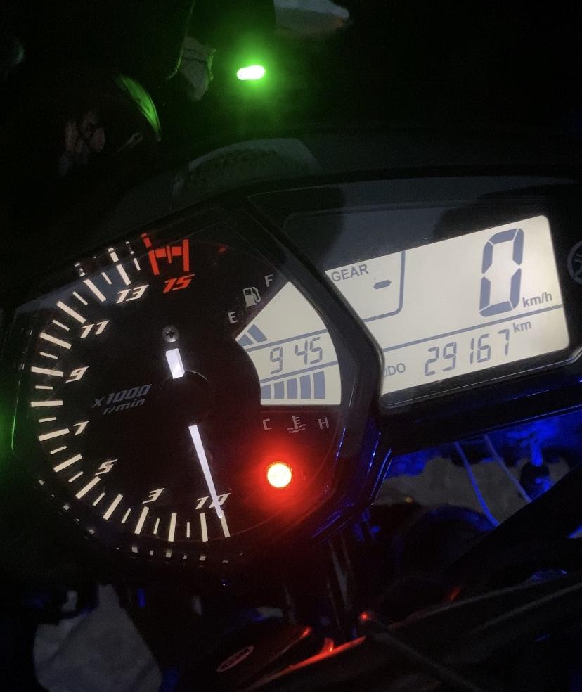 yzf-r25の2017年モデルに乗っています。バイクワールドにオイル交換しに行ったらオイル入れ忘れでエンジン焼き付き寸前になりました。 (走行中2回エンジン止まりました泣) エンジンをオーバーホールしてもらって悪い箇所を直したと言って家まで持ってきてくれました。 2週間バイクに乗ってなかったので友達と久しぶりにツーリング昨日行ったところやっぱりまだ6千回転くらいで異音がすると思いました。そして停車した時びっくりするくらい暑くて今までに見たことないくらいに温度が上がってました。その後バイクワールドに持っていってもらい本日電話で確認すると音に問題は無いと言われました。 誰か詳しい方r25や、バイクに詳しい方可能性のある原因を教えてくだいーー泣 ていうか、バイク屋でオイル交換しに行ったのにオイル入れ忘れって普通なことですか?全然バイクに詳しくないのでその辺りがわかりません。