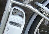 電動アシスト自転車のバッテリーだけ盗難にあうとの記事を見ました。 画像と同じ構造の自転車ですが(かなり頑丈に出来ている様子)盗難にあうことはあるのでしょうか? お詳しい方、専門家の方御教示お願い致します。  https://nekochinkun.blog.ss-blog.jp/2011-11-20 ※上記の方のブログで鍵の不具合でバッテリーを取り外そうとしていますが、かなり難易度が高そうです。