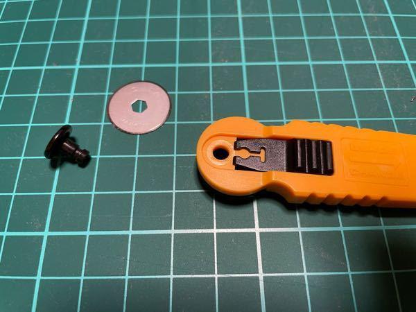 オルファ社製のローリングカッターを使っていたら、誤って刃の取り替えの為の箇所をスライドしてしまい、バラバラになってしまいました。 色々試しましたが、元がどのようになっていたのか分かりません。 わかる方、教えてください。