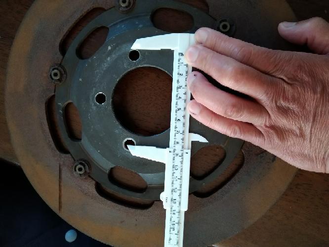 詳しい方どうかよろしくお願い致しますm(_ _)m スズキ系のpcd84ミリと言うことで中古品を購入したのですが違うようです。取り付け可能のホイルは何になるでしょうか。Ap製のローターです。