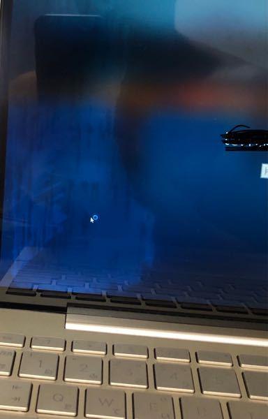 パソコン修理について質問します。先日バッグの中で水を溢してしまいパソコンケースに入れてたためそこまで水没した、というわけではないのですが画面にシミのようなものができて修理代が6〜7万円と言われま...