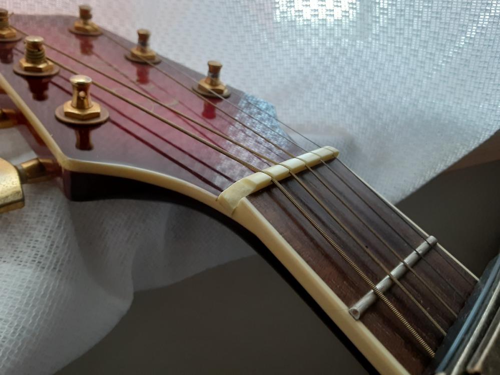 ギターについてなんですが! 6弦の1番上のフレットの抑えてるところが壊れてしまい。今どうしたらいいかわからない状況なんですが? 修理代はどれくらいなんでしょう? もし個人で修理する場合はなんの部...