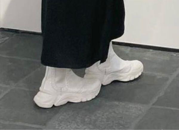こういうスニーカー(白色、ブーツカットみたいな形、ソールが特徴的)でおすすめのものあれば教えていただきたいです。ブランドはどこでも。お値段は15000円以下、、であるとありがたいです。