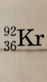 核の表し方について教えてください 陽子数がxで質量数がyの原子核Zの場合:y^x_Zとあるのですが、写真のものを表すときは 92^36_Krでよいのでしょうか?