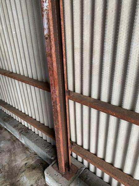 錆びた鉄の塗装について 添付写真の小屋骨組みを塗装しようと考えております。 雨に濡れることはありませんが、建設から数十年経ちますので、錆がひどいため、スレート 更新と併せて塗装するつもりです。 ...