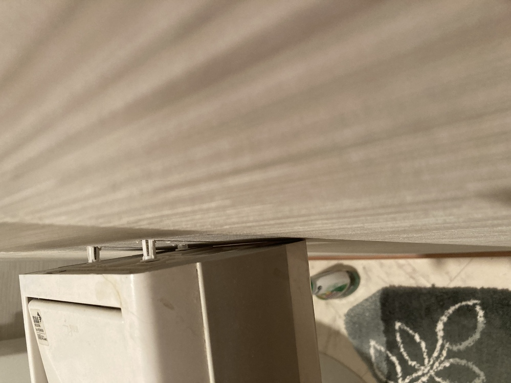 トイレットペーパーホルダーがぐらぐらしています。 新しいニ連棚付きリクシルのをつけたいのですが、裏を見ると画像の通りでして、何をどうしたらいいかわかりません。石膏ボードアンカーがネジごと飛び出しています。 パテを埋め込むかなにかしたらいいですか?ニ連早めて新たな一連でもいいです、今のホルダーは割れているので。 自分で強度強くし、取り替え方法教えてください。