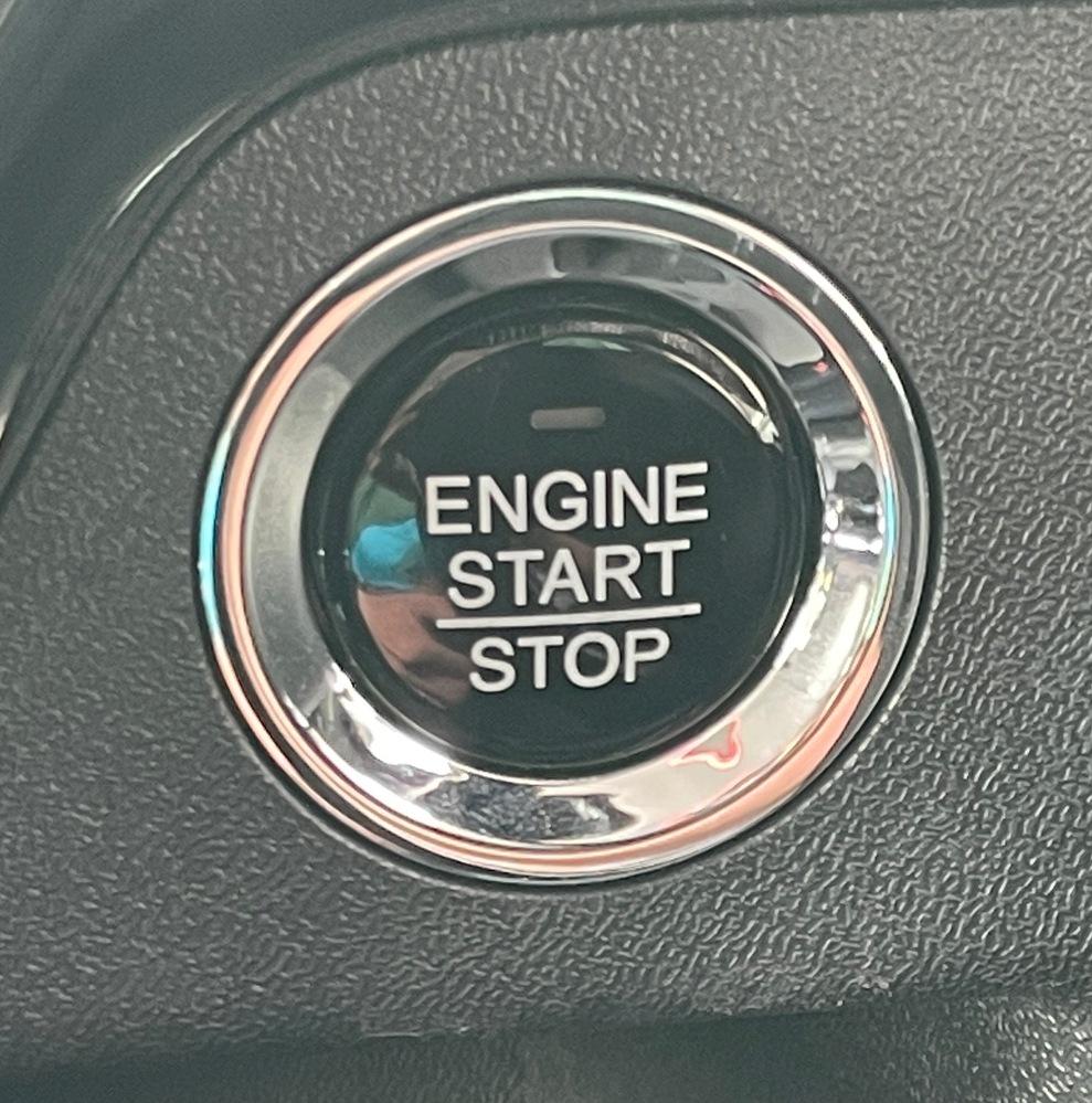 ステップワゴンスパーダRP3のプッシュスタートボタンについて。 プッシュスタートボタンのランプ(ENGINEの文字の上)が点かないんですがこの車種はこれが普通でしょうか? ボタン押せばエンジンは普通につきますし停止も問題なくできてます。