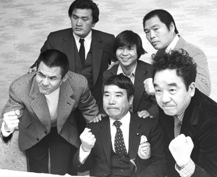 ガッツ石松さんと、菅原文太さんと思い出の写真 何時の、写真ですか? 真ん中の2人は、誰ですか?