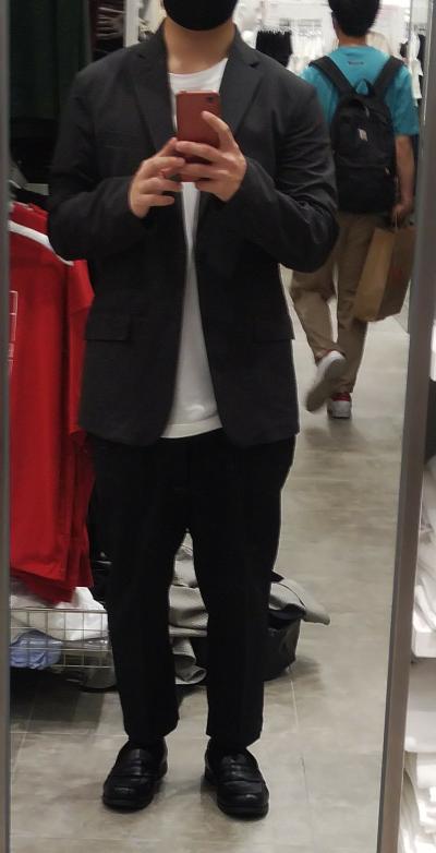 夏服買いに来ているのですがこのジャケットおかしいでしょうかおかしくないでしょうか?中に着るのはVネックの半袖とかにしようと考えています