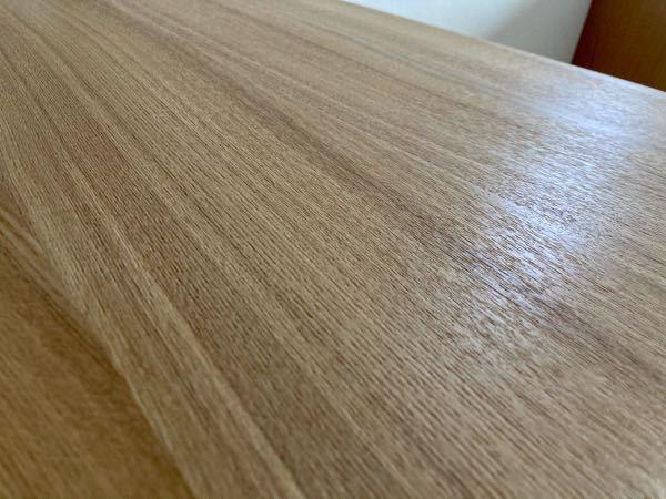 テーブルの天板をなめらかにする方法を教えて下さい。天板が天然木アッシュ突板(ウレタン塗装)のテーブルを購入したところ、写真のように天板がザラザラしており、ふきんで拭こうとすると毛羽立っている木の繊維が 引っ掛かって剥がれてしまいそうな感じです。理想は細かい溝を埋めて毛羽立ちをなくし、スベスベな手触りにすることですが、難しければ毛羽立ちだけでも抑えたいです。これをホームセンター等で買えるヤスリや塗装材などで、素人でもできる方法があれば教えて頂きたいです。宜しくお願い致します。