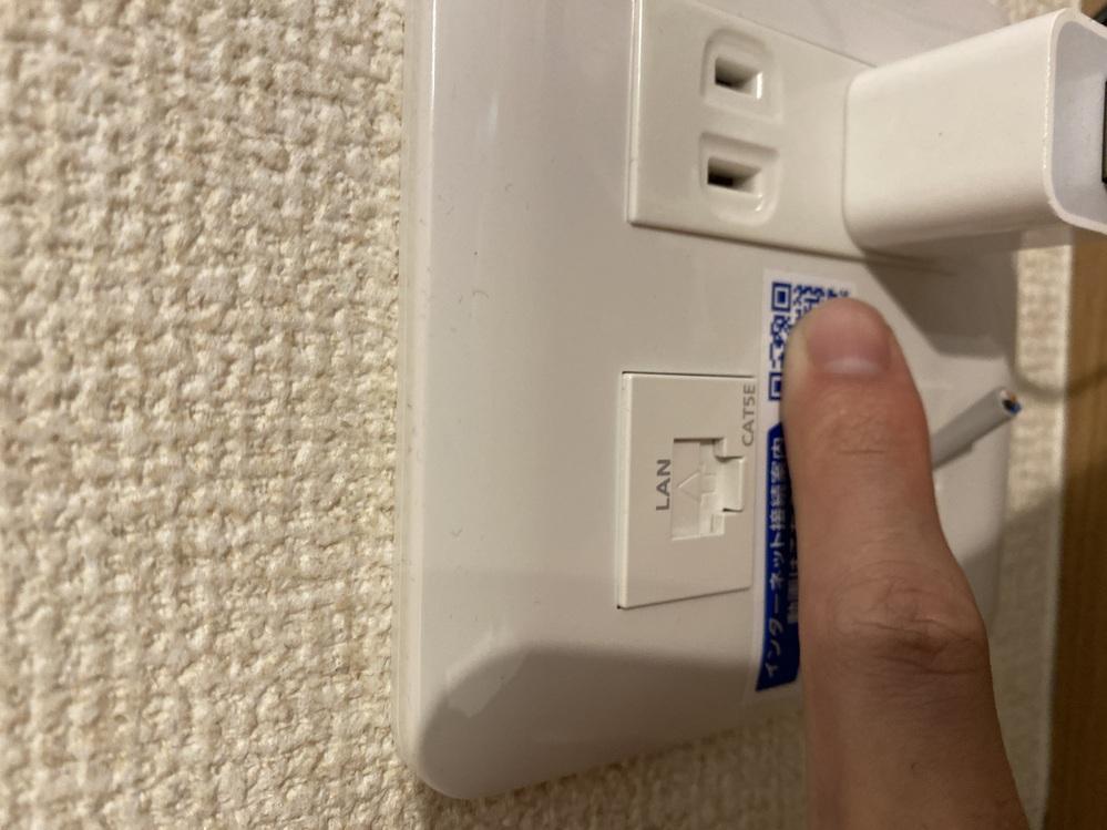 WiFiに関する質問です。 機械に弱く調べてもよく分からなかったのでこちらで質問させていただきます。 WiFiルーターを買い、画像にある端子にLANケーブルで繋げばWiFiを自宅で利用することが...