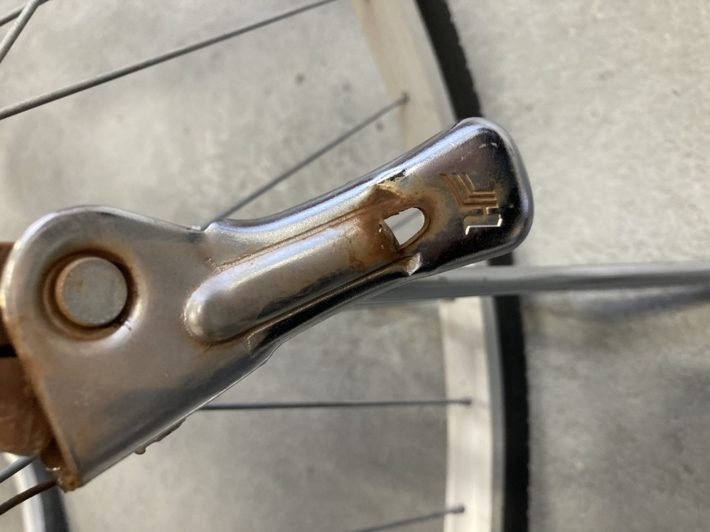 ママチャリのスタンドのバネを掛けるフックが折れました。 自転車屋に行ったところスタンドごと変えるしかなく、4000円ほどかかると言われました。代用品はあるのでしょうか?何かやり方あれば教えて下さい。