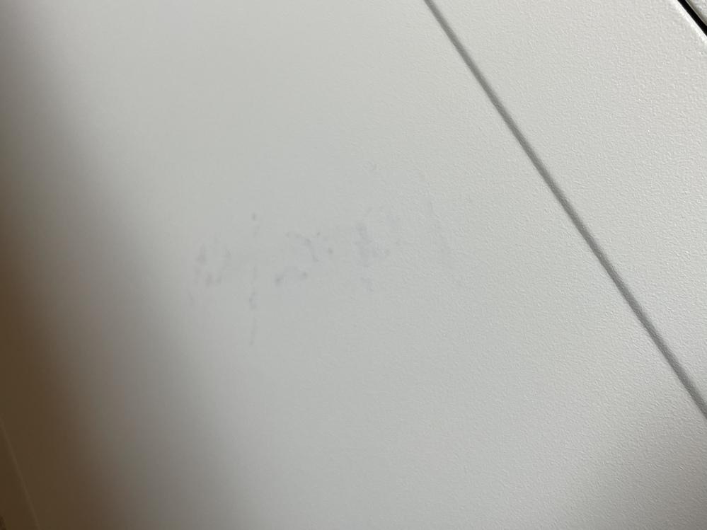 油性ペンの汚れの落とし方を教えて欲しいです。 白い電子レンジを使用しています。 電子レンジでご飯温めた後、電子レンジの上に置いたところラップに書いてあった油性ペンがレンジに写ってしまい落ちま...