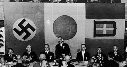 日独伊三国同盟締結の一番の立役者は、松岡洋祐と近衛文麿どちらですか? . 大日本帝国はドイツやイタリアと同盟を結びましたね、ただ、山本五十六は日米戦争になりかねないと強く嘆いていたそうです。 実際に、この日独伊三国同盟を結ばなければ、日米戦争にまではならなかった可能性もかなり高いだろうと自分も感じております。 結果論ですがやはり失策だったろうとも。 ただ、日独伊三国同盟のぜひは今回は置いておいて。 今質問でお聞きしたいのは、日独伊三国同盟締結における最大の立役者は誰でしょうか? 松岡洋祐外務大臣という説も目にしましたが、近衛文麿首相であるという説も目にしました。 果たして松岡洋祐外務大臣と近衛文麿首相、どちらの方が日独伊三国同盟締結により尽力したのですかね? あるいは他にも並ぶ立役者がいるのでしょうか? 近代史に関心のある方など、ぜひ皆様のご意見をお聞かせください。