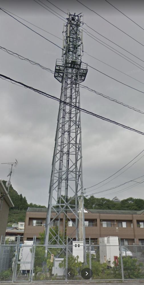 この鉄塔?基地局?は何でしょうか。 通勤途中の道路脇にあるのですが、一体何のためのものなのか気になって質問しました。 ご存知の方がいれば教えてください。 ちなみに、画像はストリートビューから取ってきています: https://www.google.com/maps/@33.5409554,133.5115683,3a,73.4y,264.53h,115.89t/data=!3m6!1e1!3m4!1smBQXjHZLQOVDc8vsP_Vwrw!2e0!7i13312!8i6656?hl=ja