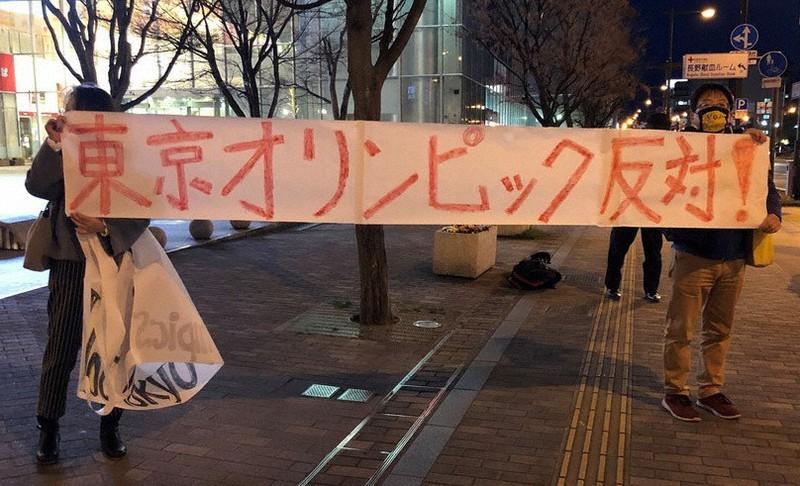 コロナなのに日本でF1を開催していいのですか。 motogpもコロナなのに日本で開催していいのですか。 ・・・・・・・・・・・・・・・・・・ 日本でのオリンピックは中止しろという声が日に日に高くなっていますが。 日本でオリンピックが中止ならに日本でF1とmotogpも中止にするべきなのでは。 と質問したら。 F1とmotogpは感染リスクが少ない。 という回答がありそうですが。 ですがオリンピックが中止でF1とmotogpは開催するてそれはどうかと思うのですが。 それはそれとして。 オリンピックを中止するのならすべてのオリンピック以外の国際試合も中止するべきだと思うのですが。 F1とmotogpは感染リスクが少ないから開催するってそれはどうかと思うのですが。