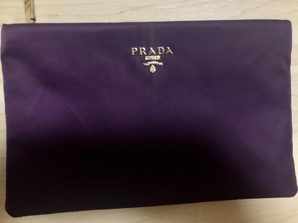 Pradaに詳しい方教えてください。 叔母に「これ使って、紫なんだよ」とPradaのナイロンのポーチをいただきました。ロゴが直接付いているタイプです。 当方、これまでPradaのバック等持った...